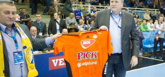 Átadtuk a MOl-Pick-mezt a Kielce csapatának