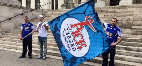 Zubai Szabolcs új zászlót adott át a szurkolóinknak