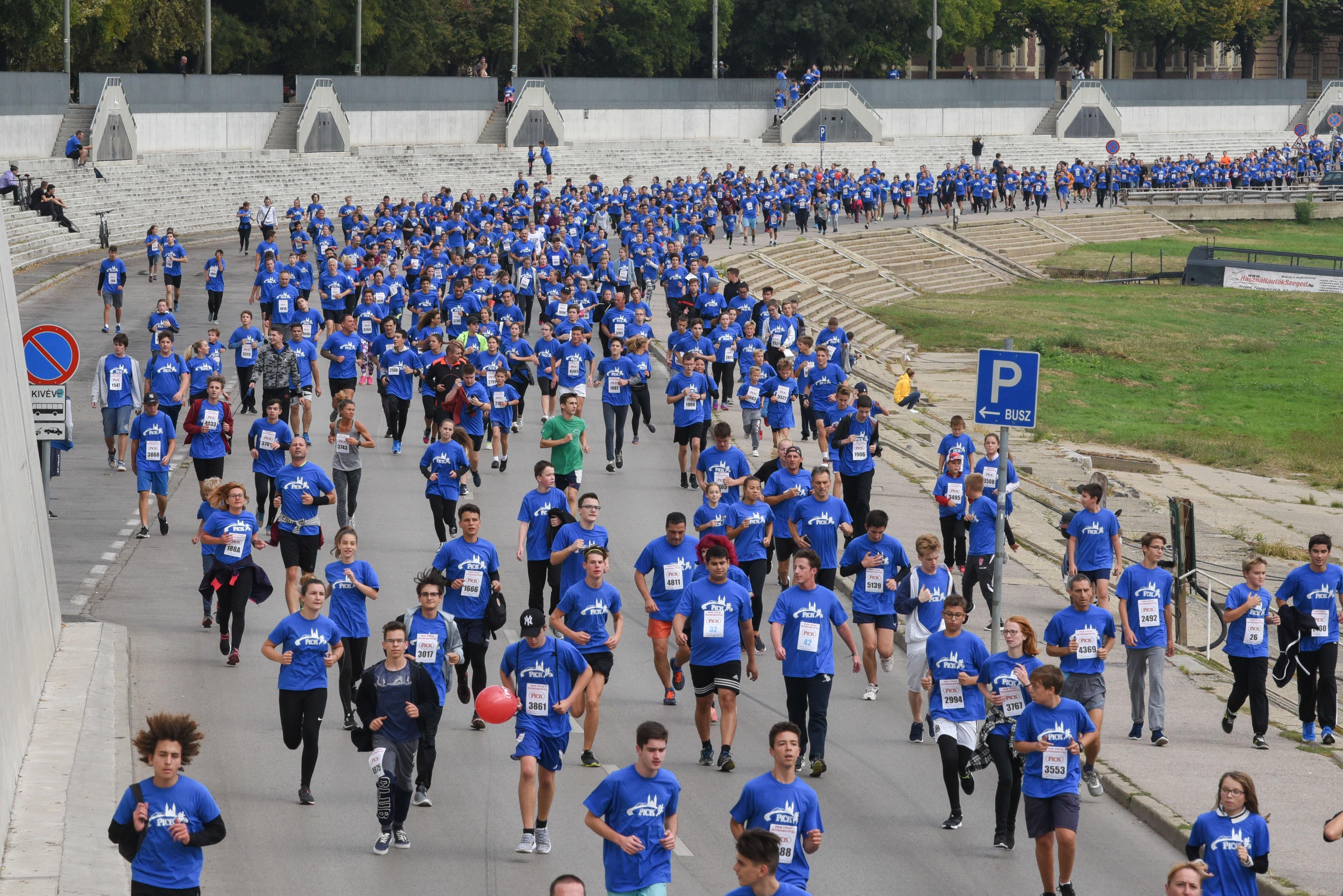 6200-an öltöztek be kékbe a Pick-futáson